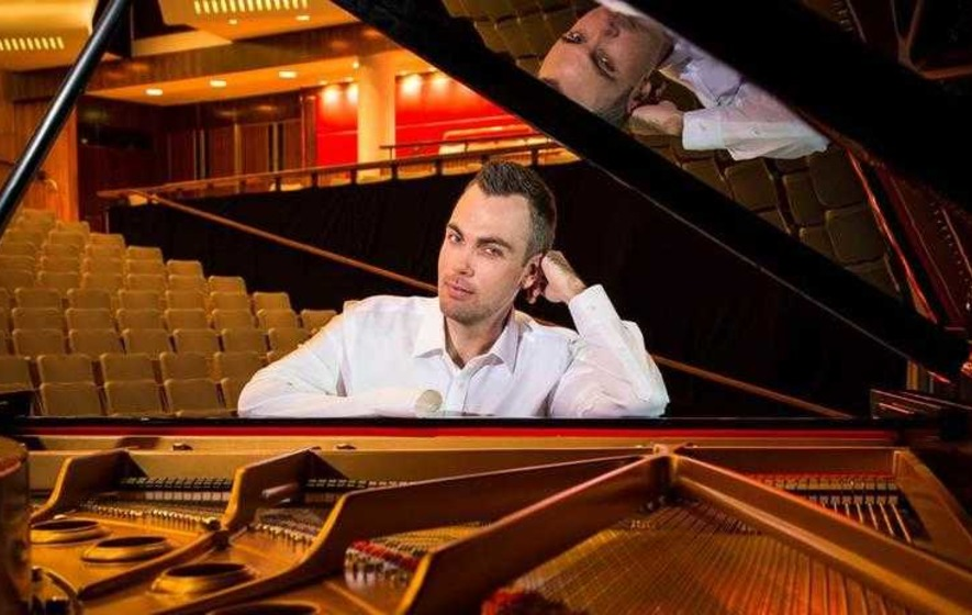One-handed pianist proves the critics wrong
