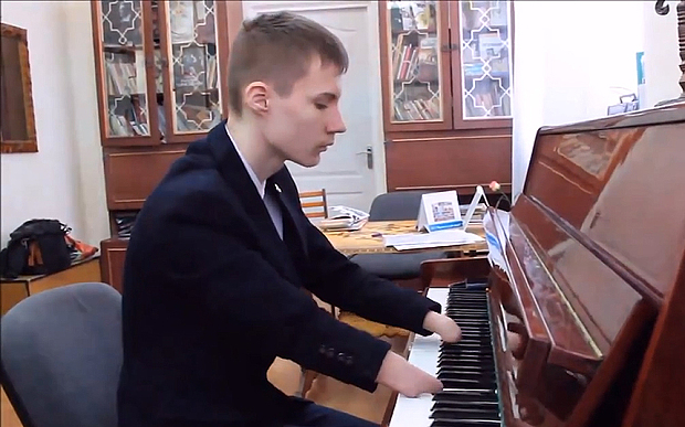 Teen plays piano without hands
