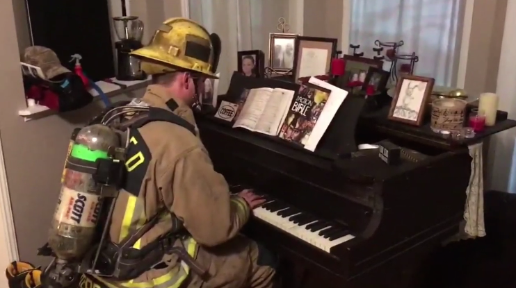 Firefighter calms with piano after emergency call